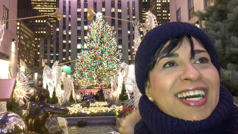 La Piccola che si diverte e ride tantissimo al Rockefeller Center, dopo aver visto lo spettacolo delle luci di Saks nella Fifth Avenue