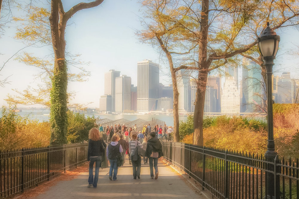 people arriving at the brooklyn heights promenade. photo by lucas compan