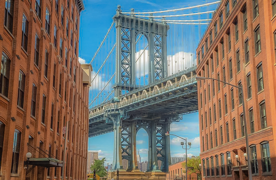THE CLASSIC SPOT AT WASHINGTON STREET IN DUMBO, BROOKLYN. : THE MANHATTAN BRIDGE AND THE EMPIRE STATE BUILDING. PHOTO BY LUCAS COMPAN