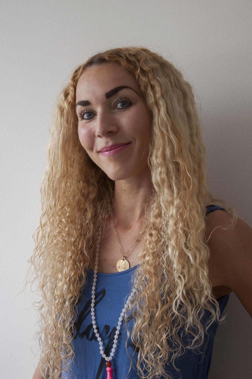 Rosalie van den Boogaard   Na mijn studie Gezondheidswetenschappen en Oefentherapie ben ik sinds een aantal jaar met plezier werkzaam in de gezondheidszorgsector. Voor mij is dit, samen met het geven van yogalessen, een mooie combinatie tussen body & mind.  Begin 2016 ben ik aan mijn 200-urige Hatha yoga opleiding begonnen omdat ik yoga geweldig vind! Het is leuk, ontspannend en het geeft inzicht in mezelf. Ik beoefen, geef yoga-les, lees veel en probeer allerlei soorten yoga uit. Om nog meer met yoga bezig te zijn ben ik de blog 'welikeyoga' begonnen. Op  welikeyoga.nl  leg ik, samen met gastbloggers, allerlei aspecten van yoga uit op een praktische en luchtige manier. Mijn doel is om yoga voor iedereen begrijpelijk, toepasbaar en leuk te maken. Dit deel ik in mijn lessen en blogs om mensen enthousiast te maken en op de yogamat te krijgen.