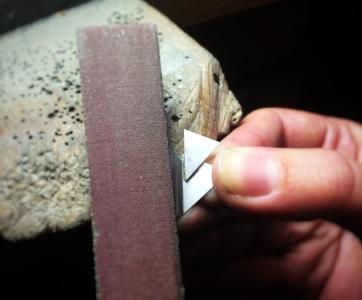 Apprenez le dessin sur plaque et approfondissez la technique du limage - Deux techniques seront approfondies lors des deux séances nécessaires à façonner ce pendentif : 1) le dessin sur plaque au compas à deux pointes et à la pointe à tracer et 2) la technique du limage.Vous apprendrez à choisir les outils appropriés pour permettre l'ajustage de la plaque puis le rattrapage des soudures pour un fini propre et invisible.