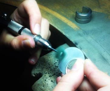 Techniques de base du travail du métal et apprentissage de l'effet brossé - Le façonnage de cette bague permet d'aborder toutes les techniques de base du travail des métaux : travail du fil pour réaliser l'anneau, dessin sur plaque, découpe du métal, soudure de la pièce principale avec l'anneau, rattrapage puis soudure de l'anneau pour ajouter la chaîne. Vous apprendre également la technique du brossé pour polir votre bijou.