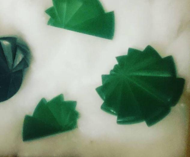 Initiation au travail de la cire - Le travail avec la cire permet de travailler un bijou en volume.Vous allez apprendre à travailler la cire, à partir de la prise de repères jusqu'à la sculpture de la cire pour réaliser votre pièce. Le processus de fonte à cire perdue permettra de convertir votre réalisation en métal.Vous réaliserez ensuite les différentes étapes de reprise de fonte jusqu'au poli final pour terminer votre pièce.