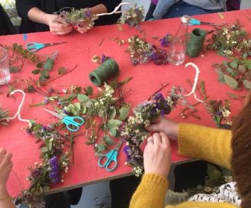 Abordez l'art floral en fabriquant une couronne végétale fleurie - Découvrez avec Nathalie et Ayako (Atelier Carmin) les fleurs de printemps en ce 21 mars, un bout de leur vie et de leur histoire !Lors de cet atelier fleuri, vous apprendrez à réaliser une couronne végétale, à suspendre chez vous. Cela vous inspirera l'arrivée des beaux jours !Sur un cercle en métal, vous viendrez fixer l'eucalyptus et d'autres variétés de fleurs de saison (craspedia, chardon, astransia...) qui sécheront par la suite en vous laissant un bon souvenir.