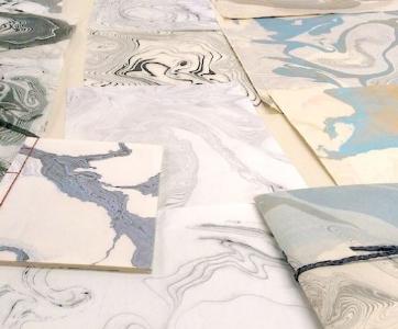 La marbrure suminagashi - Découverte de l'utilisation des pigments de peinture et la manière de faire flotter les couleurs à la surface de l'eau pour les appliquer ensuite sur une feuille de papier.Découvrez et inventez les gestes qui permettront de révéler les formes et le style de vos marbrures avec la technique japonaise de suminagashi.Ces papiers marbrés seront utilisés comme couverture des carnets reliés ou comme cartes personnalisées...