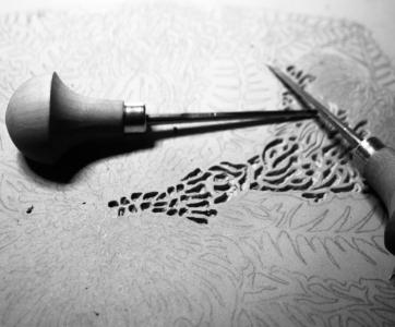 La linogravure et le papier dominoté - La dominoterie est une technique très ancienne d'impression en tampon. Historiquement les feuilles pliées permettaient de protéger les corps d'ouvrage sortant de chez l'imprimeur avant d'aller chez le relieur. Aujourd'hui, le papier dominoté est adopté comme papier de décor.Vous allez faire des recherches graphiques afin de déterminer ce que vous souhaitez graver, puis vous graverez sur linoléum et vous imprimerez votre gravure sur papier.Cette technique est une manière originale d'aborder la notion de décor en reliure.