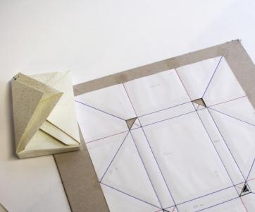 L'art du pli - Une des techniques abordée ici est autour de l'art du pli, dont les déclinaisons sont infinies.Vous apprendrez comment déterminer les mesures qui permettent de créer un papier pour emballer des carnets, des cadeaux... avec un format très original et dont le rendu sera différent en fonction du papier que vous choisirez.C'est un projet relativement fastidieux mais le résultat est extrêmement satisfaisant et vous introduit à des techniques très approfondies.