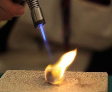 Apprenez les techniques de fabrication d'une bague - Pour commencer, vous aurez à mesurer la taille de votre doigt avec un triboulet métrique et dessiner le gabarit approprié.Puis vous allez apprendre à utiliser les outils nécessaires à la découpe du métal ainsi que tous les autres nécessaires à chaque étape : limes pour rattraper les bords coupés, chalumeau pour souder, triboulet pour donner la forme à la bague et polisseuse pour obtenir un fini réussi !
