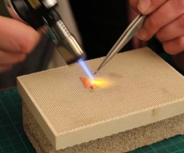 Apprentissage de la soudure - La technique du soudage consiste à unir solidement des pièces métalliques entre elles. Vous apprendrez à hiérarchiser vos soudures, à manipuler une pince à souder et à utiliser un chalumeau.