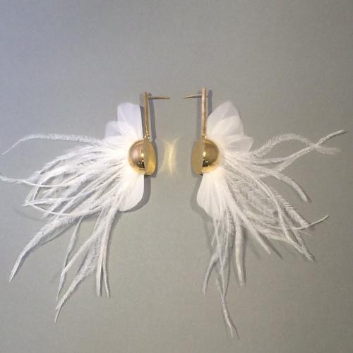 Façonnage de boucles d'oreilles en plumes par AnaGold