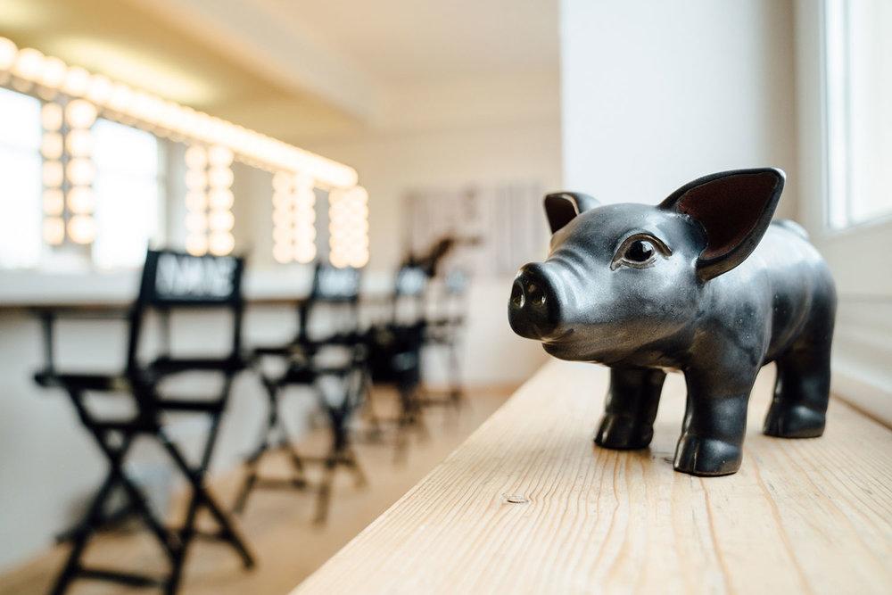 Schwarzes Sparschwein auf Fensterbank im Akademie-Loft
