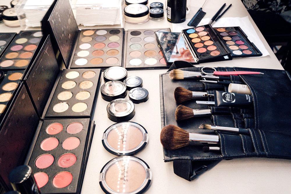 Grundausstattung eines Make-up Artist: verschiedene Farben, Puder, Pinsel, Schere uvm.