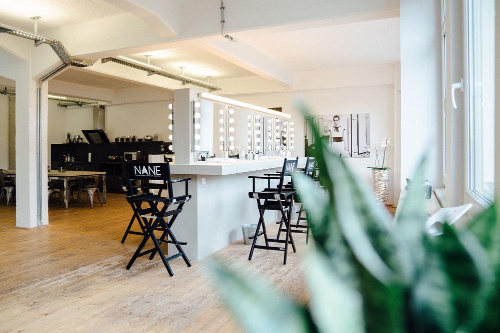 Make-up Akademie von innen: Helles Altbau-Loft mit Schminkspiegeln