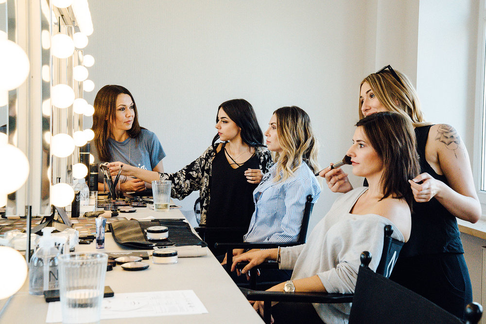Unterricht in der Make-up Schule: Dozentin wacht über die Arbeit der Schülerinnen