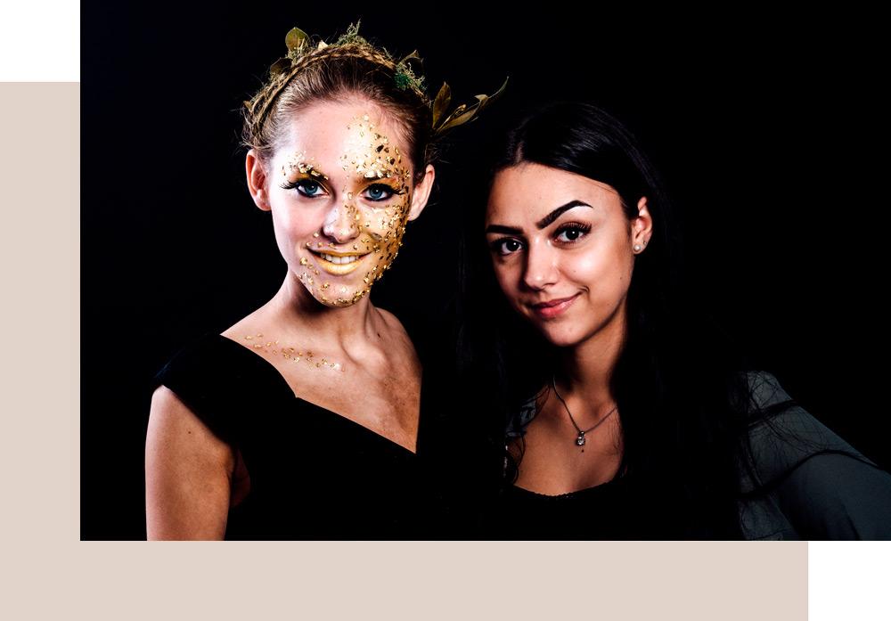 Make-up Artist schminkt Model vor Modenschau