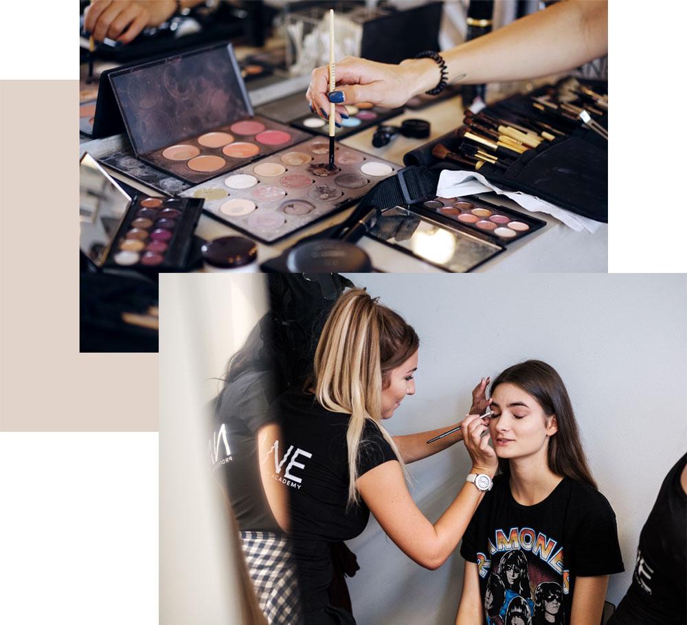 Make-up Utensilien vor Spiegelwand, Make-up Artist schminkt Liedschatten bei Model