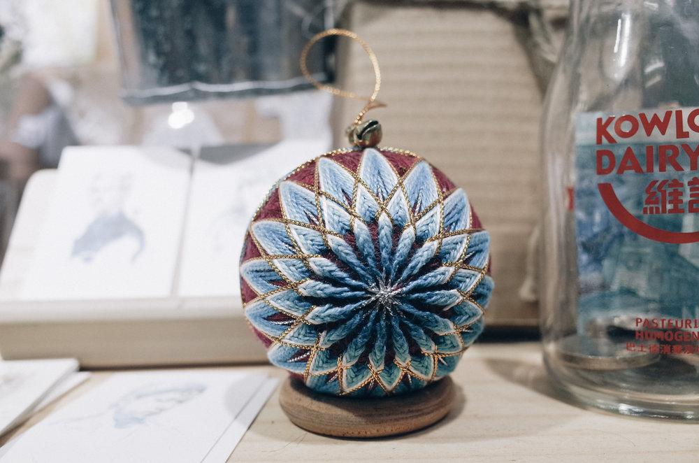 - 手球 (產地:泰國)購自清邁的市集,繡線下裹著的是一個木球,我非常喜歡精細的織紋。它是手製工藝品,其實這種傳統玩具在日本歷史悠久,他們的做功更精緻,更是日本文化的產物之一。