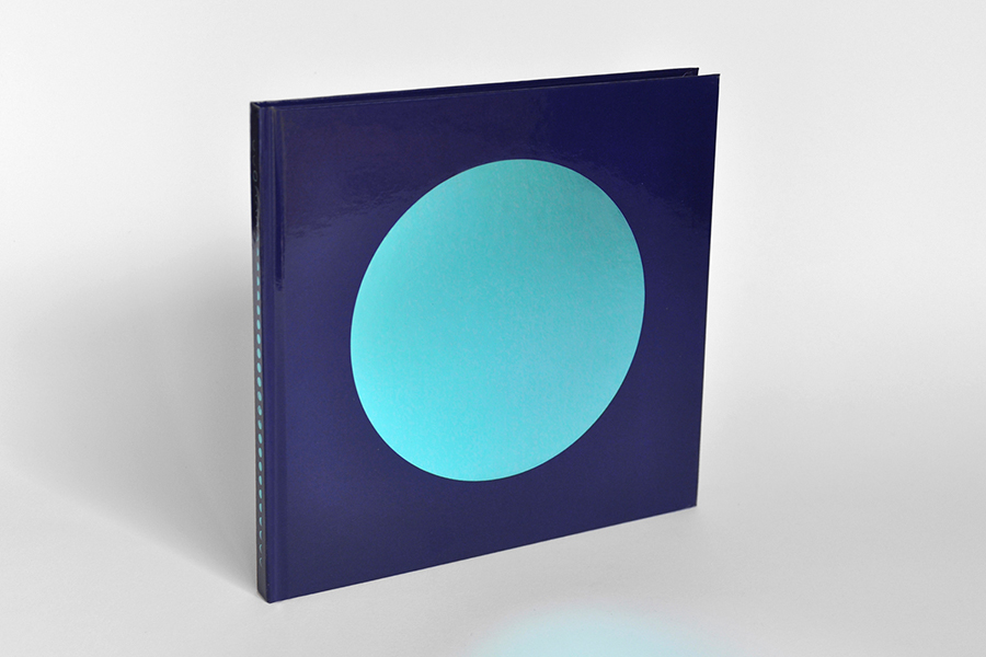 「月相之書」DANS LA LUNE  - FANETTE MELLIER一本收藏品等級的視覺詩,以高質印刷技巧和油墨呈現出不同日子裡月相的變化。unun 也很喜歡「月相之書」的金屬藍箔封面和內頁的印刷技術。將快有新一部以另一個大自然星體為主體的創作在BOOK B 更大家分享!想購買的朋友,在 unun shop 也可以買到。