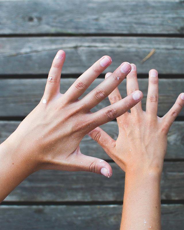Färg överallt. (ärret på pekfingret är från när jag klämde handen under en sparkcykel på dagis, slå det ni!)