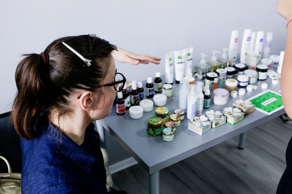 Alexandra povesteste participantilor Yoga City despre produsele naturale din magazinul online V for Verde