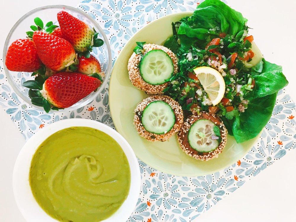 Marți : supă cremă de broccoli, falafel, salată tabbouleh și o porție proaspătă de căpșune (pe care le-am cumpărat de la Mega Image).