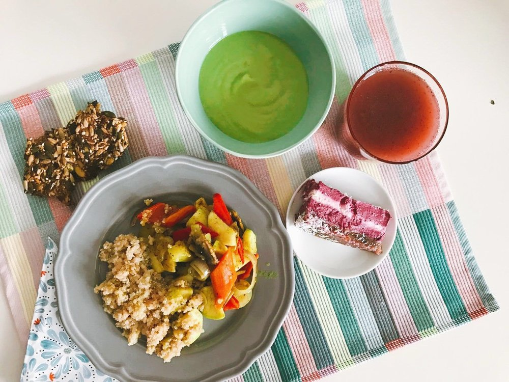 Vineri : supă cremă de mazăre, quinoa cu legume la grătar, pâinică din semințe și juice de căpșune.