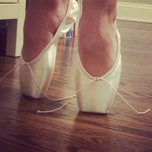 balletpointeshoes.jpeg