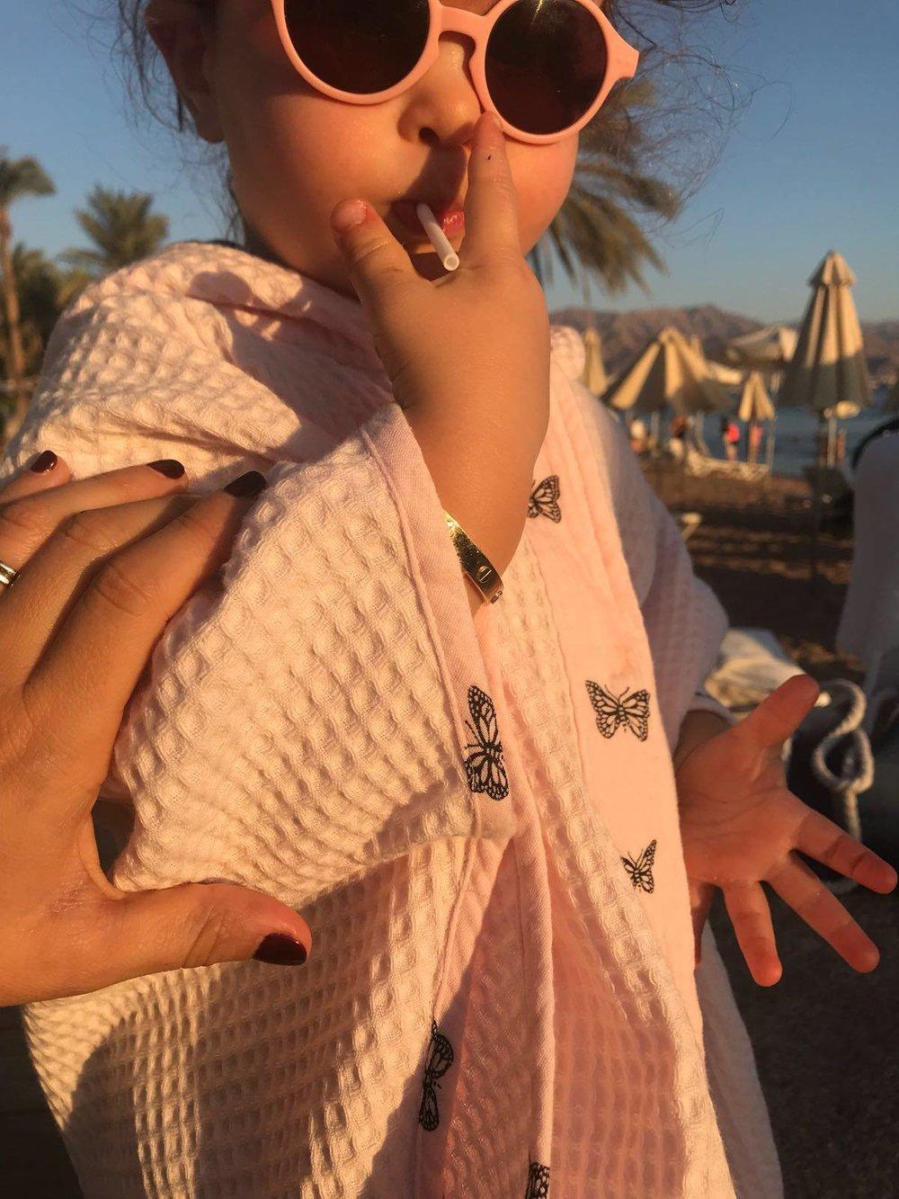 Poncho de bain en imprimé de papillon rose et en nid d'abeille joliment porté par Giulia. Imprimé 64