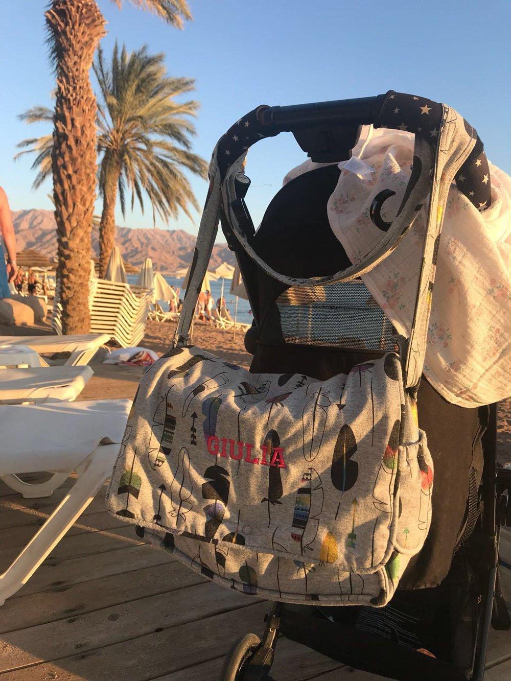 Notre sac a langer imprimé Jersey Plume est en vacances au soleil ! Imprimé 25