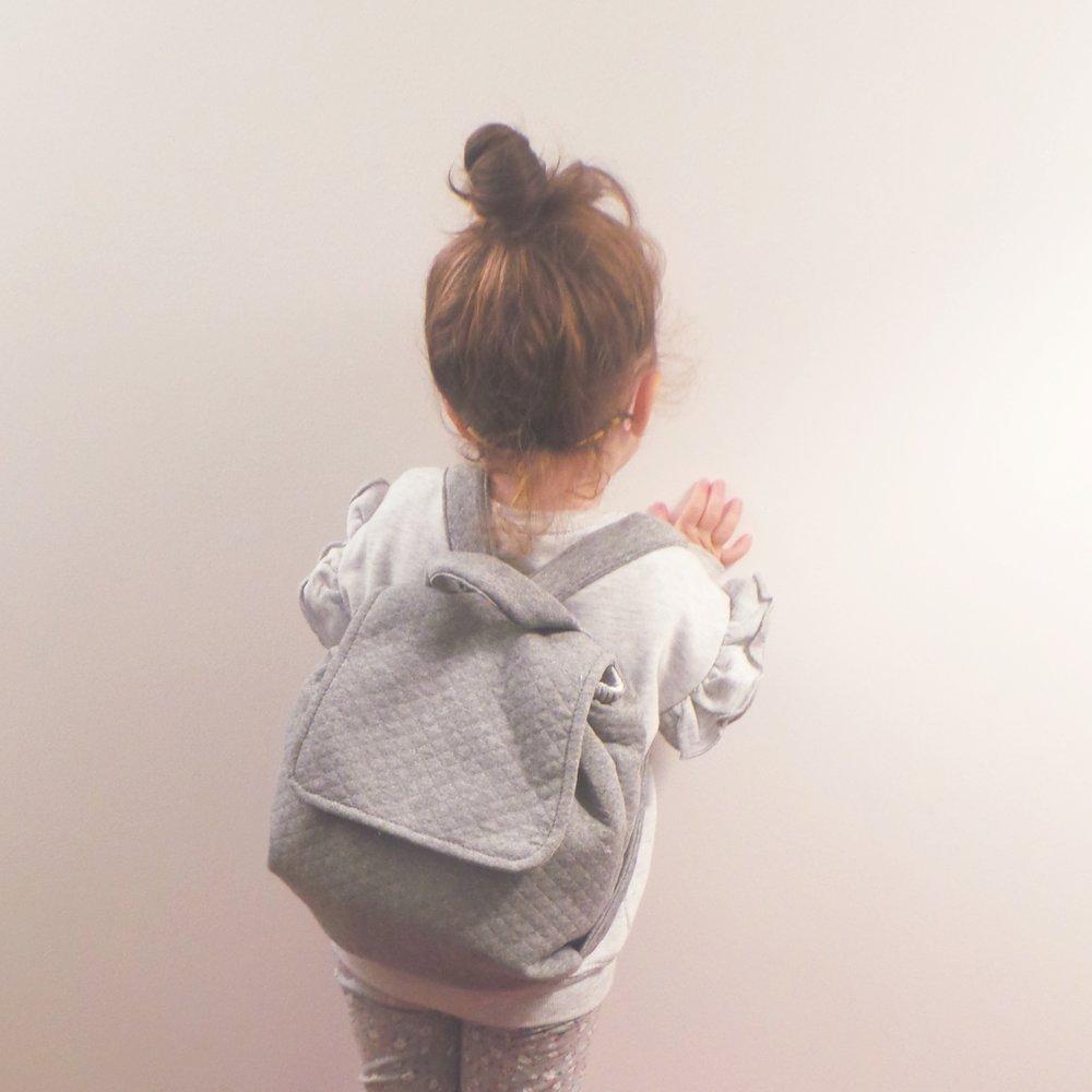 Notre sac à dos de crèche avec une taille idéal et souple, peut contenir le goûter de vos enfants, son doudou etc.