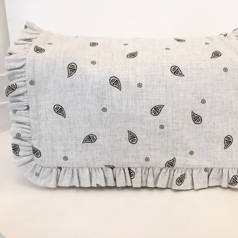 Notre sublime sac à langer en imprimé bandana gris clair 31. Classe et pratique !