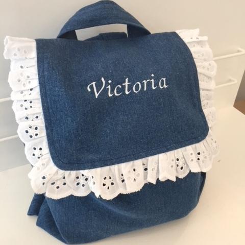 Trop adorable, notre sac à dos en jean et broderie anglaise.
