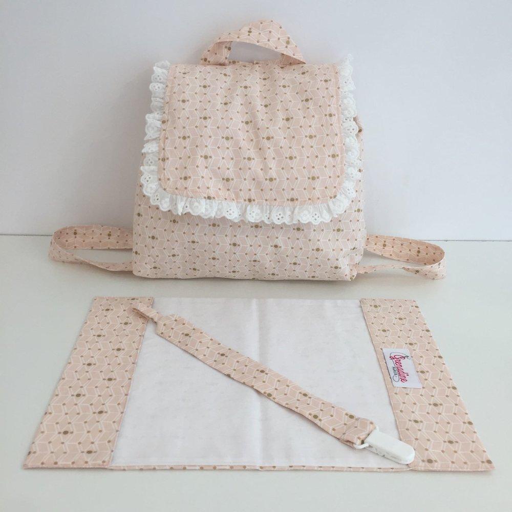 Idée cadeau ! Le sac à dos, l'attache-tétine et le protège carnet de santé.