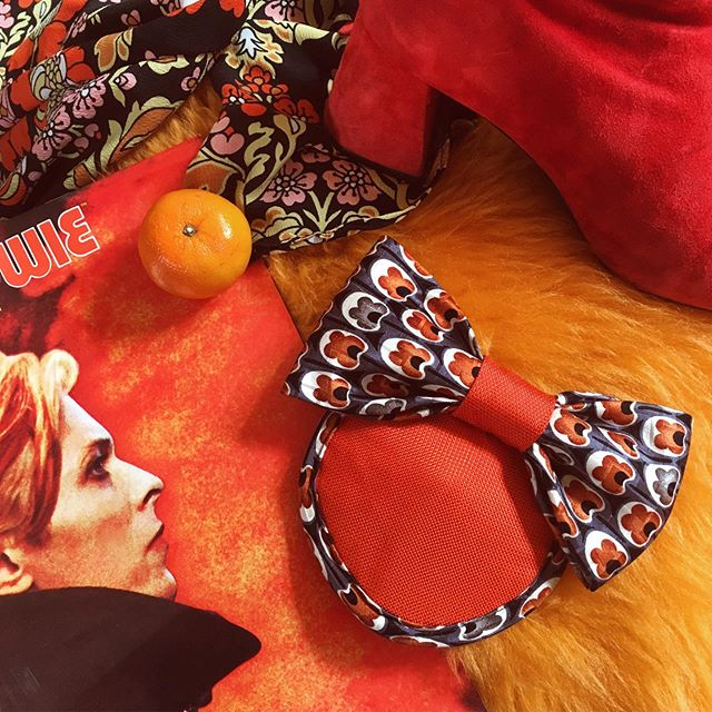 Morning all! Did you know that burnt orange is @etsy's 2019 colour of the year? 🍊 I am totally feeling these 70's vibes with one of my favourite @davidbowie albums and outfit combo from @topshop, accessorised with my groovy little 'Martha' fascinator hair bow. You can now check her out on @etsyuk - just tap the photo and head on over to my shop! What colour would you have yours? 📙🧡 #orange #burntorange #etsy #etsyuk #etsyselleruk #millinery #fascinator #ootd #bowie #davidbowie #topshop #florals #70s #1970s #70svibes #patternclash #topshopuk #hat #handmade #madebyme #designermaker #heytheremaker #eventswear #etsyshop #etsysellersofinstagram #millinersofinstagram #70sfashion #70sflorals #psychadelic
