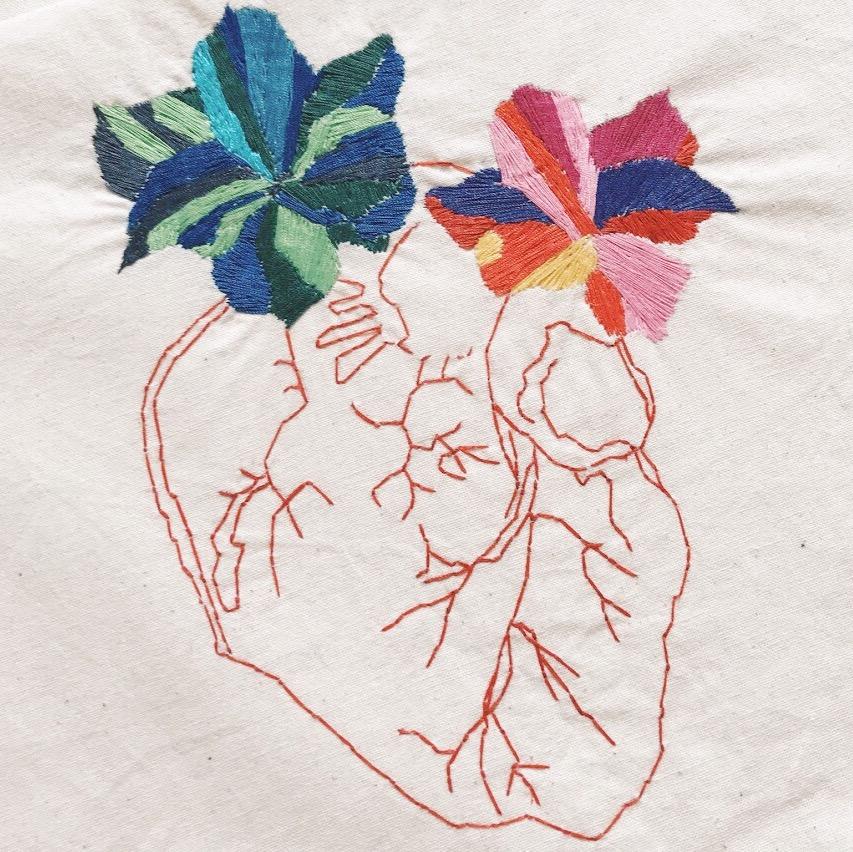 6. UN TABLEAU FLORAL BRODÉ - sur une toile de coton recyclée par La French Pique (60€).PS : ils font aussi de jolis accesoires (bandeaux, sacs...) en textiles recyclés !