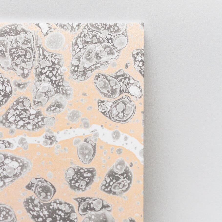 9. UN CAHIER MARBRÉ ARTISANALEMENT - par Tomàs Avinent. La technique du papier marbré est ancestrale et rare de nos jours. En plus, les pigments utilisés sont naturels et le papier est labellisé FSC. (31€)