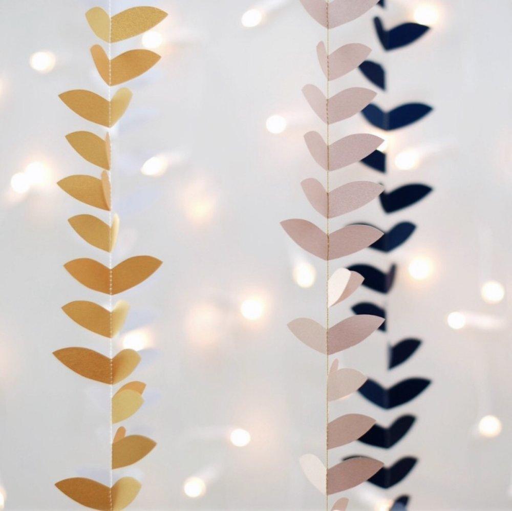 12. UNE CONTEMPLATION POÉTIQUE - avec les guirlandes en papier recyclé irisé et fil de coton bio conçues et fabriquées à Toulouse par Mi-avril (disponibles également sur Roseandcabbage) (de 24€ à 30€)