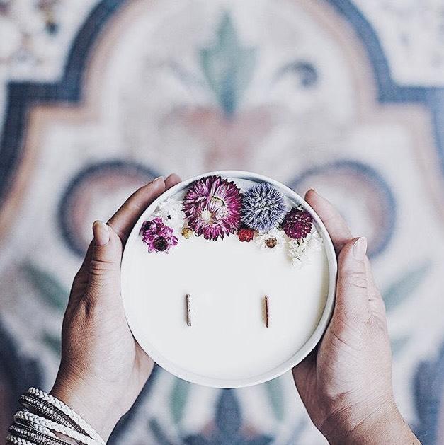 14. UN MOMENT DE DÉTENTE PARFUMÉ - avec une bougie en cire de soja aux huiles essentielles OrganicCocoon (bougies fleuries à partir de 24,99€) ou La Belle Mèche (de 16€ à 27€). Elles sont fabriquées en France et respectueuses de l'environnement.> Retrouvez les critères d'une bougie écologique et la plus saine possible dans l'article dédié.