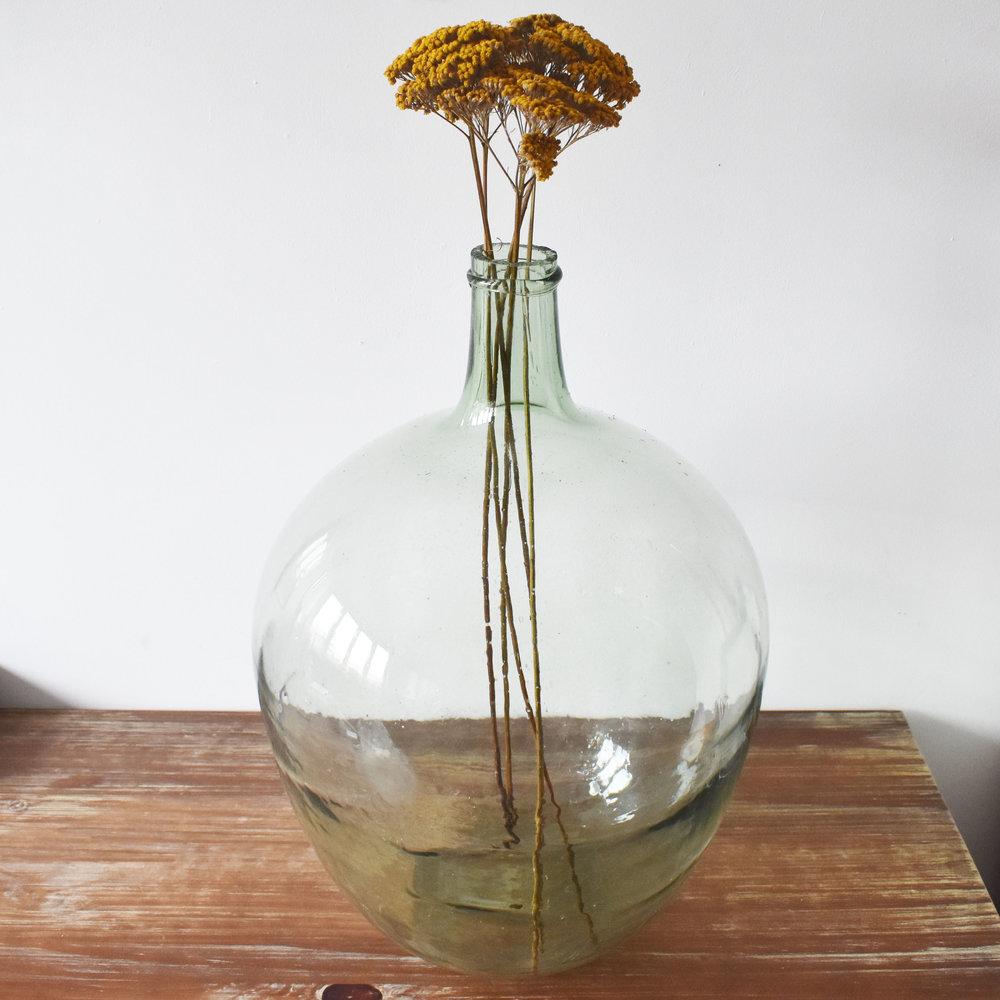17. DES FLEURS D'HIVER À FAIRE SÉCHER - pour contrer la grisaille avec un vase chiné. Malheureusement, les fleuristes Bio sont très rares. A défaut, vous pouvez offrir un bouquet de fleurs de saison comme des gypsophiles qui symbolisent le bonheur ou de chardons bleus qui protègent des mauvais sorts.