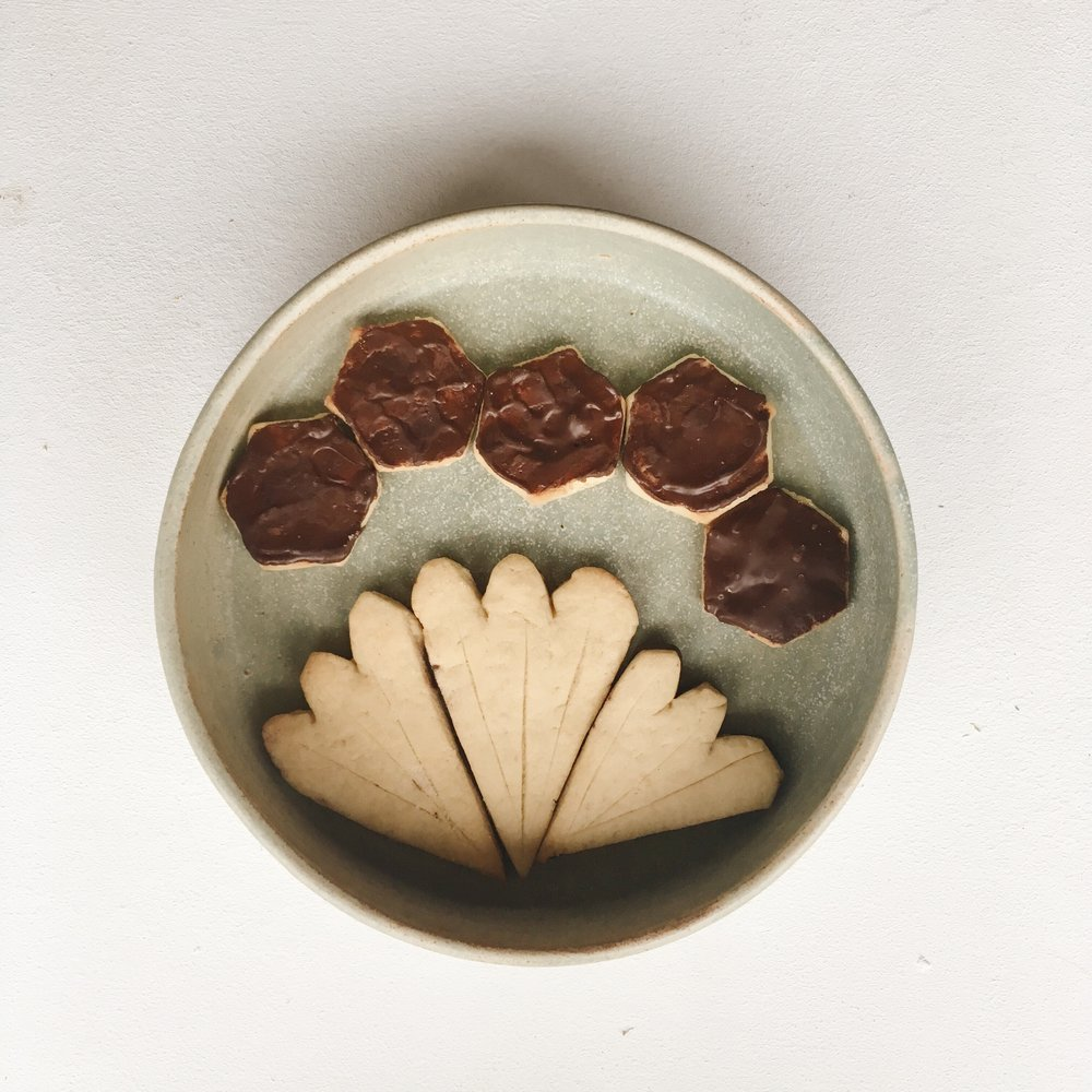 20. DES SABLÉS DE NOËL - cuisinés avec amour. Cette idée simple et efficace me vient de ma copine @ciitronceriise . Je n'ai pas de recette à vous donner car les deux que j'ai essayé ne me conviennent pas entièrement et j'ai décidé que la recette idéale attendrait les expérimentations de l'année prochaine. Mais j'ai quand même une astuce gourmande pour y pallier : recouvrez un côté de vos sablés de chocolat noir fondu.