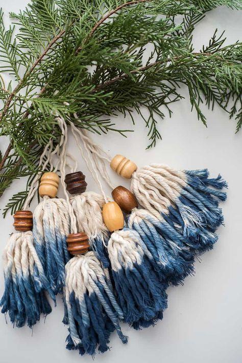 Des décorations en bois et laine teintée végétalement par  Place of My Taste
