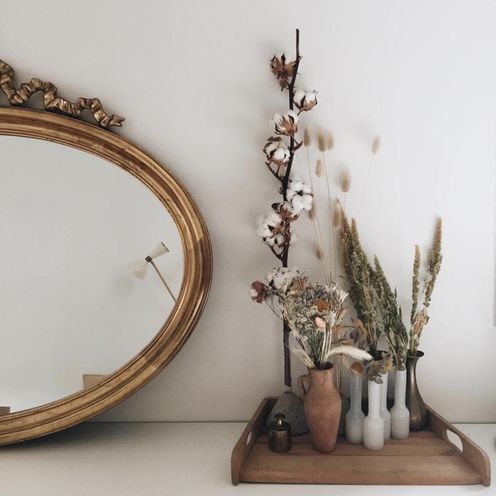 Miroir reçu de mon grand-père, des objets chinés et quelques fleurs séchées