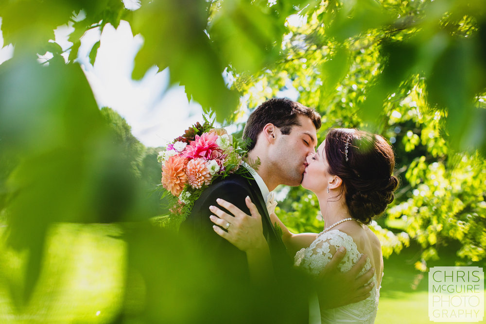 bride groom kissing in trees