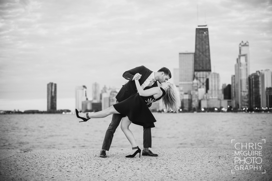 chicago engagement photographer skyline dip