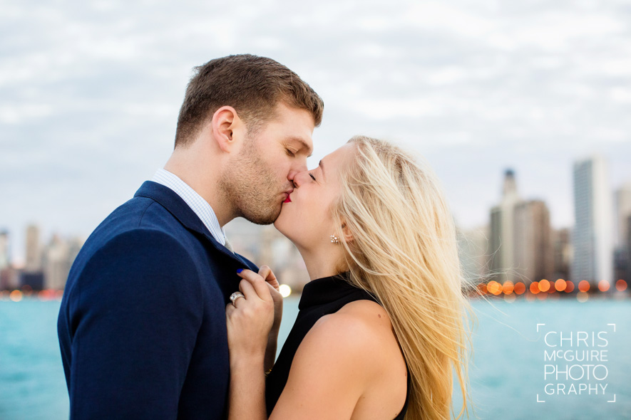 couple kissing in front of chicago skyline