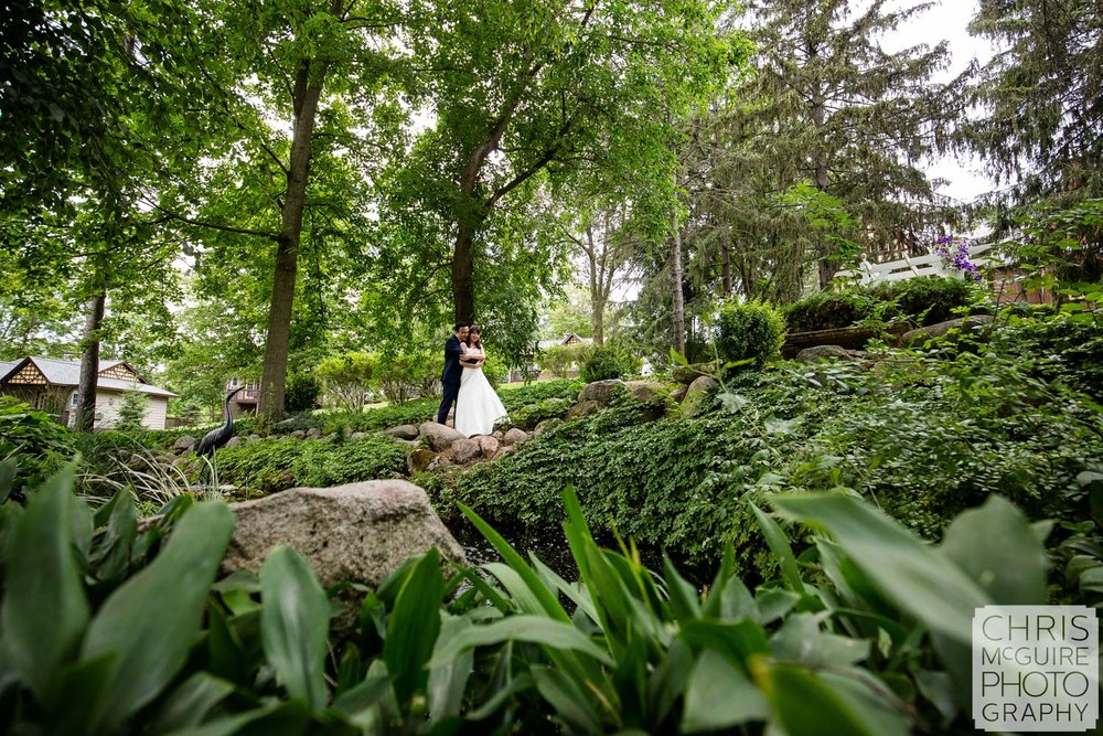 peoria couple kiss in garden