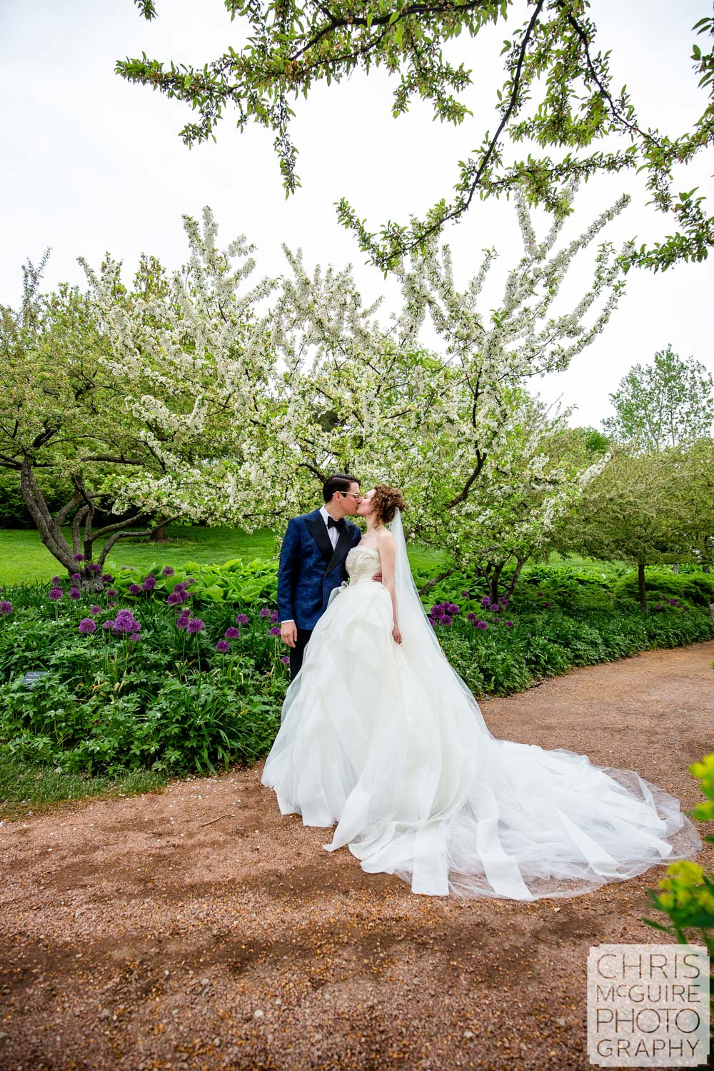 bride and groom kiss at Chicago Botanic Gardens