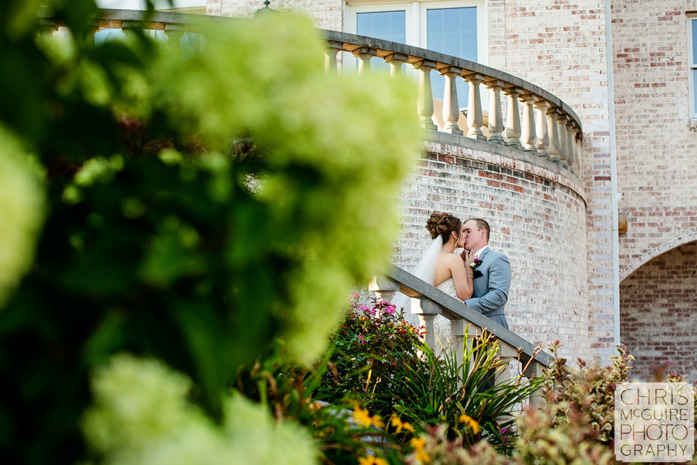 couple kiss in garden