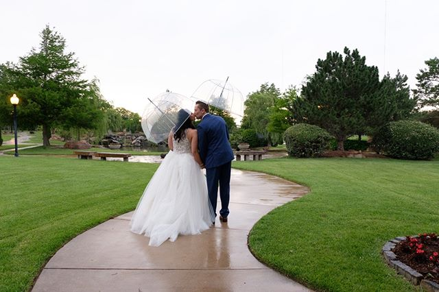 Rain or shine, nothing can stop a day full of love and celebration! ☔️💙 📸: @leiasmethurst