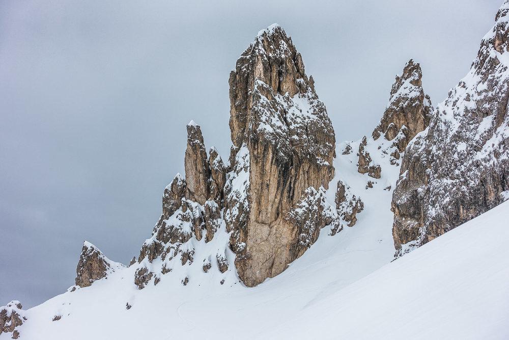Der Dolomiten-Fels bildet beeindruckende Felsspitzen